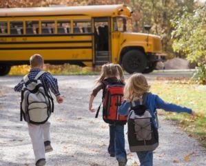 kids-running-bus-de